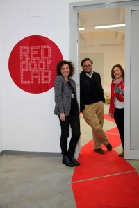 Ana Puerto, Fran Flórez y Raquel Gallego (socios/as de REDdoorLAB) a las puertas de su laboratorio.